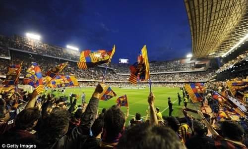 Полный дом: Месталья упакован как Барселона поклонники поболеть за свою команду во время разминки
