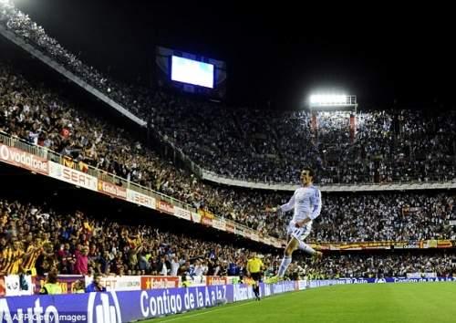 Магический: Бэйл прыжки в воздухе, он празднует свой конце победителем в переполненном Месталья стадион в Валенсии