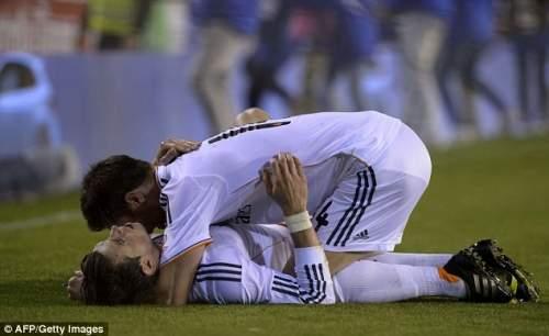 Объятия: Бэйл поздравляют Реал напарника Хаби Алонсо, забив победителя