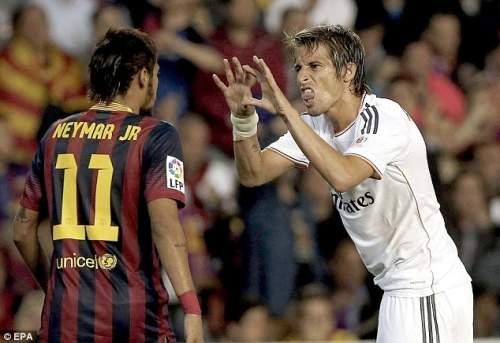 Противостояние: Реал Мадрид Португальский защитник Фабиу Коэнтрау (справа) спорит с Неймар