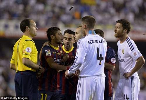 Подогрев: Страсти драку как Неймар спорит с Реал Мадрид игроки в первой половине