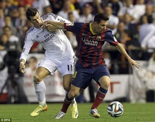 Задача: Бэйл выглядит для решения Месси (справа) в роли Барселона вперед ведет мяч с мячом