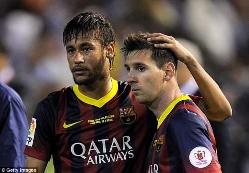Уныние: Неймар (слева) и Лионель Месси консоль друг друга после Барселоны потерпеть поражение