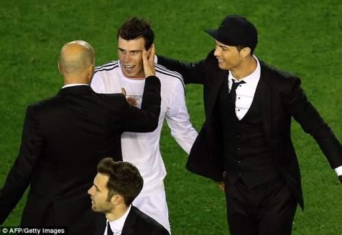 Молодцы: Бэйл поздравляют Реал менеджера помощник Зинедин Зидан (слева) и Криштиану Роналду