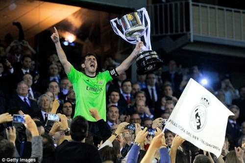 Презентация: Реал Мадрид Икер Касильяс держит трофей в воздухе после победы в финале Копа дель Рей