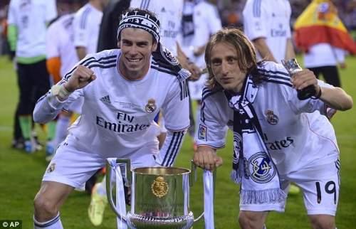 Столовое серебро: Бэйл (слева) и Лука Модрич праздновать с трофеем Копа дель Рей