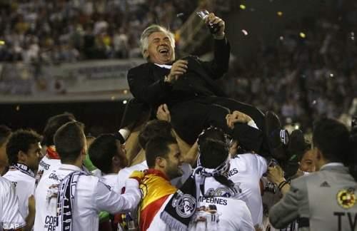 Босс: Реал тренер Карло Анчелотти выбрасывается в воздух своих игроков