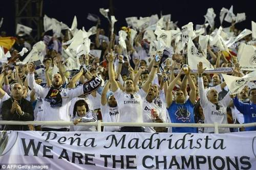Campeones: Реал Мадрид сторонники празднуют, как их команда выигрывает Кубок Испании на стадионе Месталья