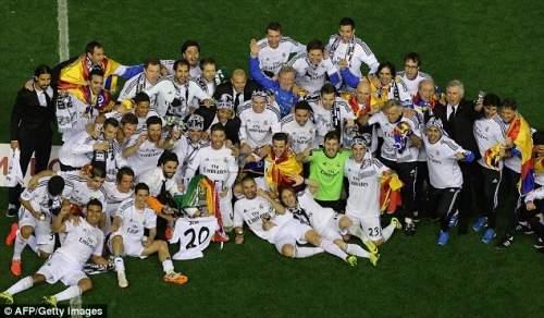 Групповое фото: Реал Мадрид игроки ставят вместе после финала, как торжества начинаются