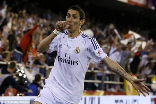 Положите большой палец на: аргентинской полузащитника Реала Анхель Ди Мария празднует забив первый гол