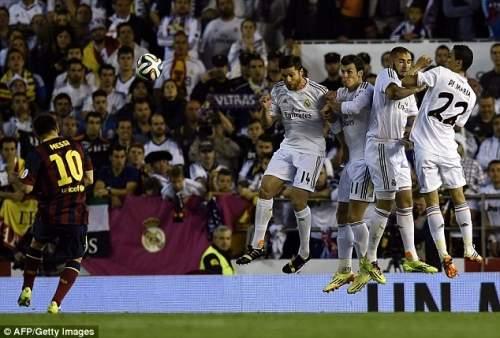 До и через: Месси бьет со штрафного в сторону ворот над Реал стене, но неудачно