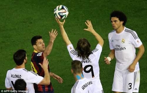 Дайте мне, что: Месси пытается захватить мяч, как Лука Модрич ловит его над головой
