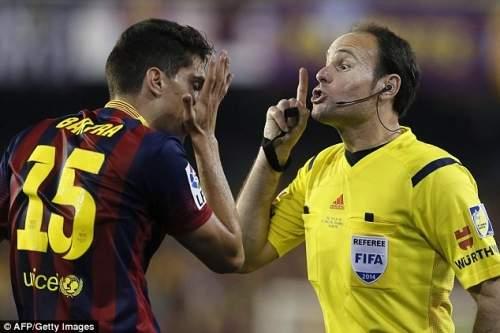 Молчи: Бартра спорит с рефери Матео Лахоза (справа), который делает его чувства очевидно