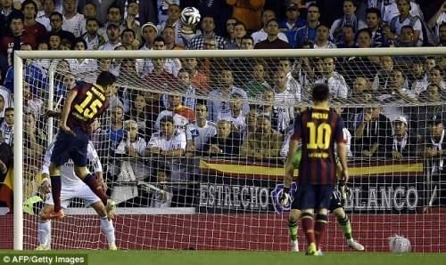 Возвышается: защитник Барселоны Марк Бартра направляет его заголовок в сетку для эквалайзера