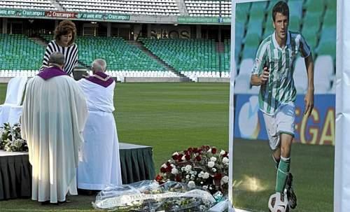 El Betis despidió a Miki Roqué con una ceremonia religiosa en su estadio.