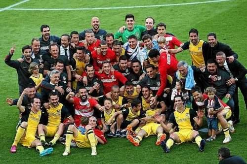 Los jugadores y el cuerpo técnico del Atlético posan tras conquistar la Liga en el Camp Nou / AFP