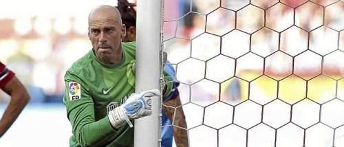 Willy Caballero coloca una barrera en una falta lateral ante el Atlético / Chema Rey (MARCA)