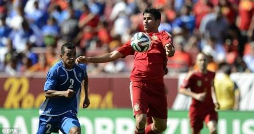 Синий революция: Диего Коста (справа) выглядит набор, чтобы присоединиться Фабрегаса в Челси этим летом