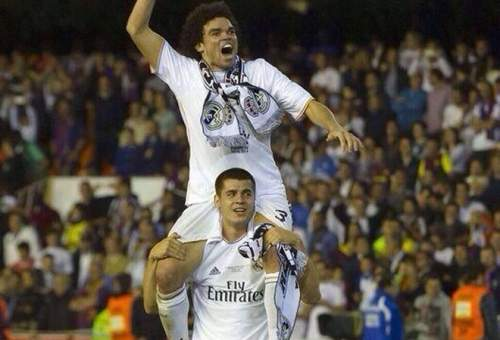 Álvaro Morata colgó una foto portando a Pepe a hombros.
