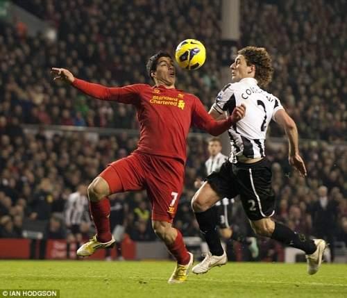 Голова и плечи: Ливерпуль нападающий контролирует длинный пас поверх от Хосе Энрике