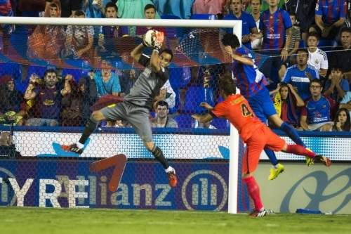 http://img02.mundodeportivo.com/2014/09/21/Partido-Levante-FCB-Jornada-4-_54415280546_54115221152_960_640.jpg