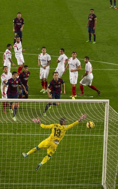 http://img02.mundodeportivo.com/2014/11/22/Liga-FC-Barcelona-Sevilla-foto_54419614357_54115221157_400_640.jpg