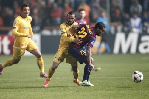 http://img02.mundodeportivo.com/2014/11/25/Barcelona-s-Dani-Alves-fights-_54420237623_54115221152_960_640.jpg